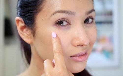 Nháy mắt phải theo giờ ở nữ mang điềm báo gì?