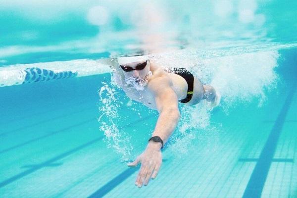 Mơ thấy dạy bơi cho ai đó có ý nghĩa gì? Điềm báo tốt hay xấu?